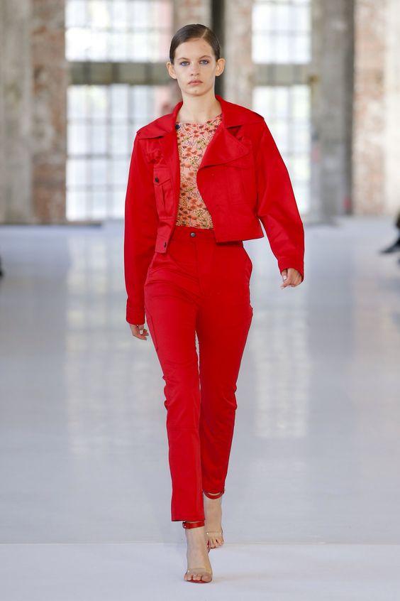 jacheta-rosie-pantaloni-rosii
